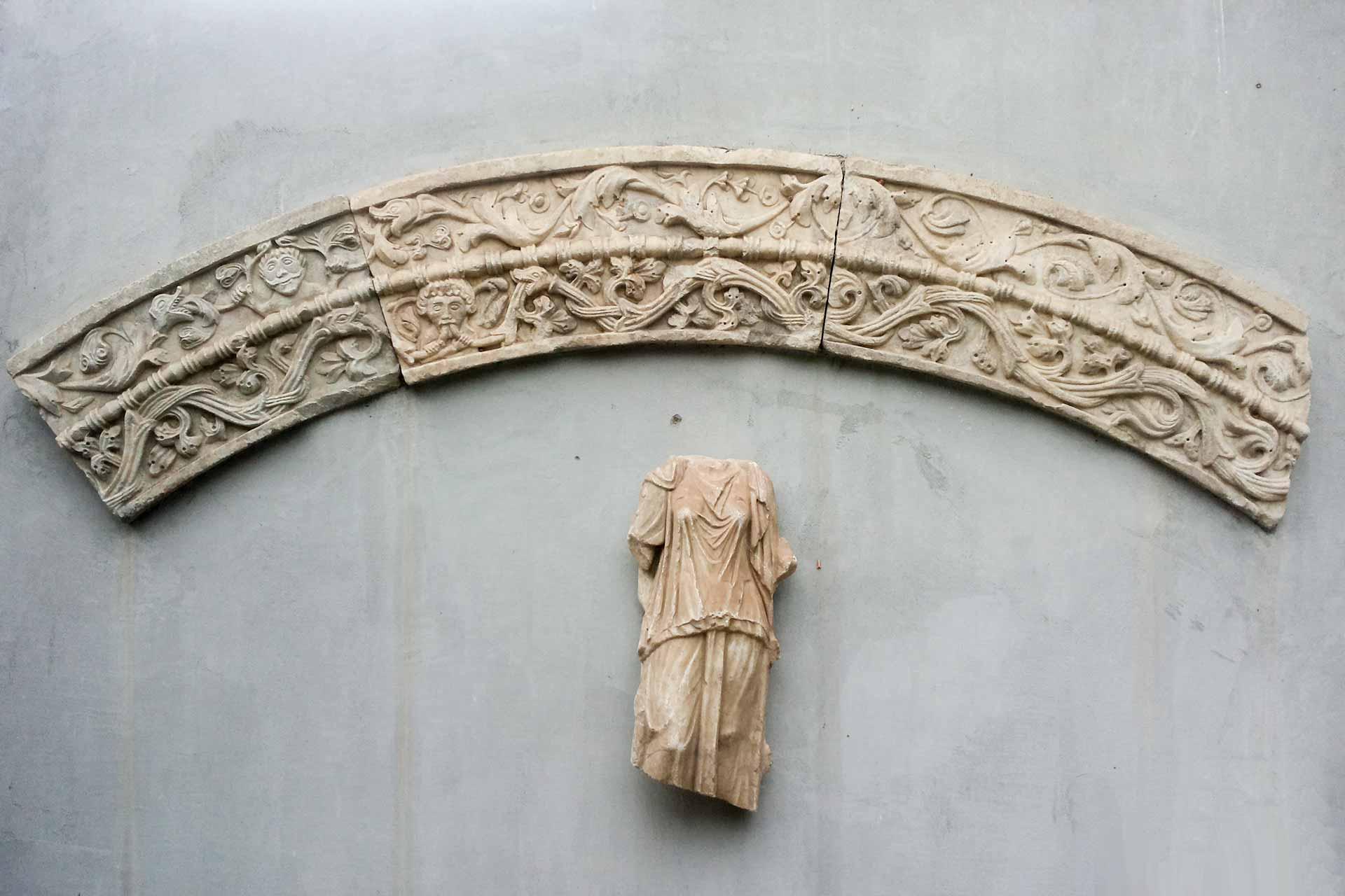 Arco romanico e statuetta romana - reperti